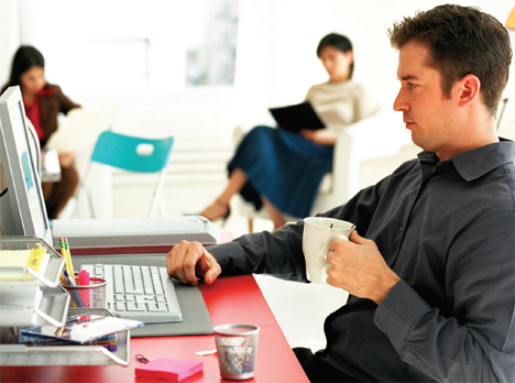 Hombre Oficina Internet eNeo Digital Resort Hogar Digital Domótica Seguridad