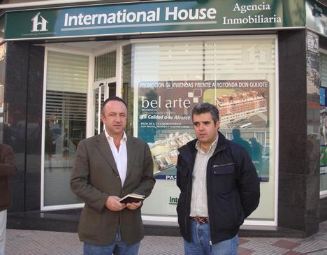 Miguel Angel Utrilla y Alfredo Villalba Exterior Piso Piloto Promoción bel arte UTRIR e INMOMATICA