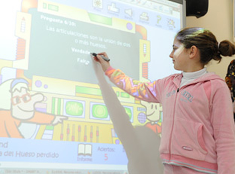 Alumna con Pizarra Electrónica en la Escuela TIC 2.0.