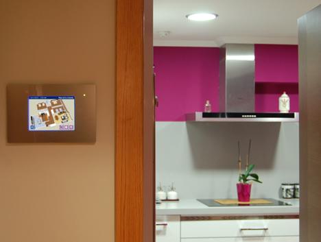 Pantalla Iddero fuera de la cocina en vivienda de Docelar Ingeniería con KNX e Pantalla Iddero.