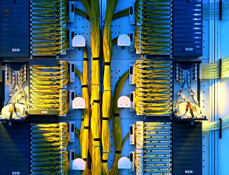 Cuadro de distribución para redes de fibra óptica de R&M.