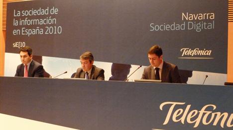 De izda a dcha, Antonio Bengoa, director de Relaciones Sectoriales y Territoriales de Telefónica, el vicepresidente Caballero y Roberto Mercero, director de Telefónica en Navarra