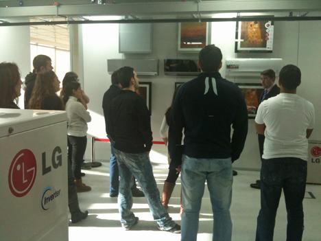 Alumnos del Máster en Domótica y Hogar Digital de la UPM en las instalaciones de LG.