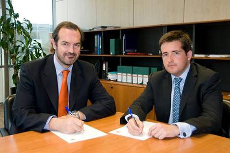 Pablo Berni (izqda.), director general de Estrategia y Desarrollo de Orange España, y Alberto de la Capilla, director de Alianzas Estratégicas de Securitas Direct España