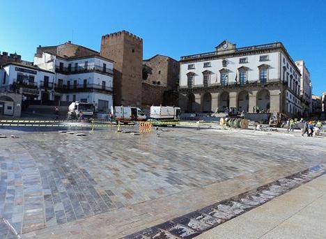 La Plaza Mayor de Cáceres con una instalación de Vía Inteligente.