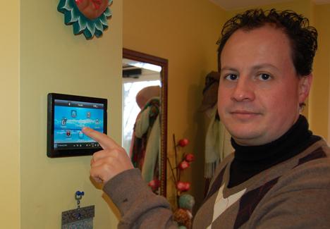 José Miguel Rubio mostrando un panel de control