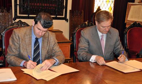 El alcalde de Alcalá de Henares (izda.) y el director territorial de Telefónica de España, firmando el acuerdo