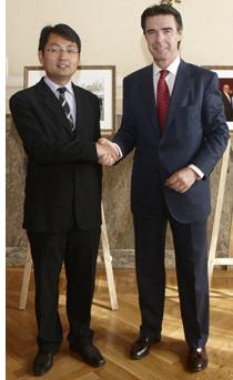 Saludo entre el Director General de Huawei en España y Portugal, Walter Ji, y el Ministro de Industria, Turismo y Comercio, José Manuel Soria