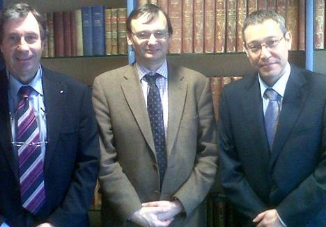 Robert Michel y Patrick Louis, de Trump Electonics (fabricante de Domintell), y Joan Carles Reviejo, tras la firma de constitución de la sociedad.