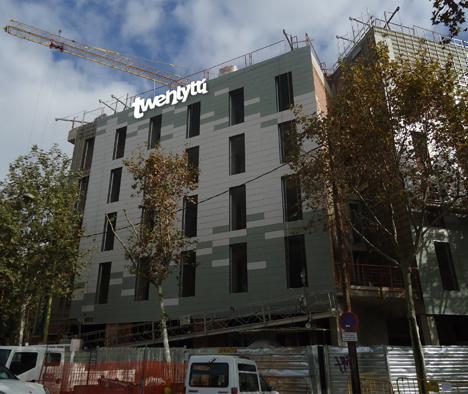 Fachada del Twentytú HightTech Hostel de Barcelona.