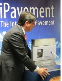 Félix Navarro con el modelo podotáctil de iPavement presentado por Vía Inteligente