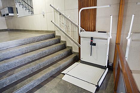 V lida sin barreras ofrece una plataforma salvaescaleras - Sillas para subir escaleras personas mayores ...