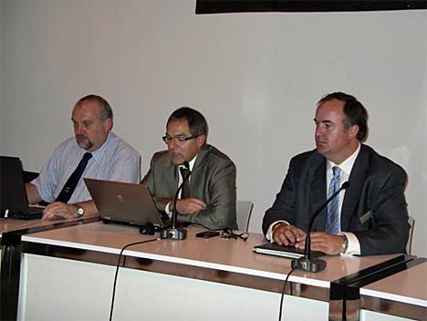 Antonio Moreno (centro), Presidente de KNX España, Álvaro Mallol (derecha), Vicepresidente de KNX España, y Michael Sartor, Secretario Técnico de KNX España.