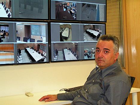 Roberto de los Santos ante una serie de pantallas donde se visualizan lo que graban las cámaras