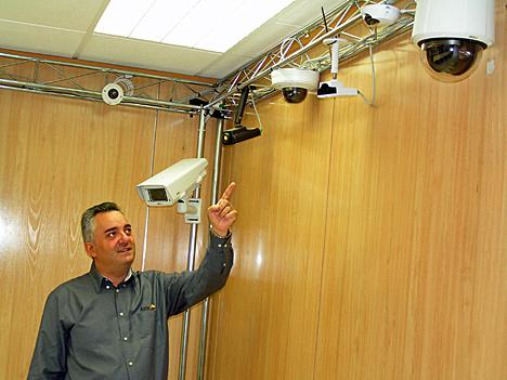 Roberto de los Santos muestra distintos modelos de cámaras AXIS