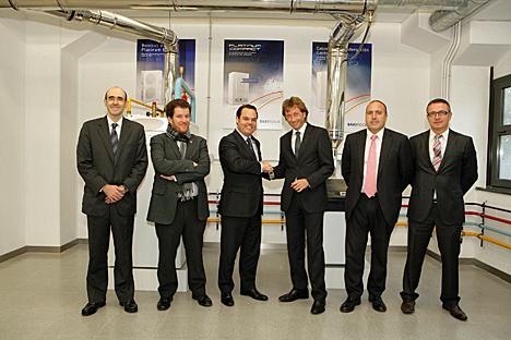 El Director General de Baxiroca, Jordi Mestres, y el Presidente de AEMIFESA, Ambròs Martínez establecen el acuerdo de colaboración