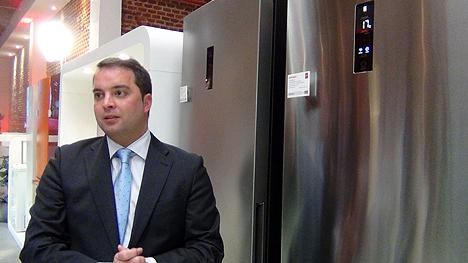 El Director de Márketing de Haier, Carles Aragonés, presenta el frigorífico Combi3D