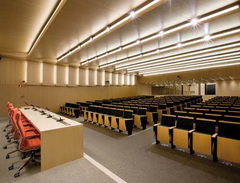 Salón de Actos de la Universidad Pontificia de Comillas con tecnología LED y sistemas de control de Philips