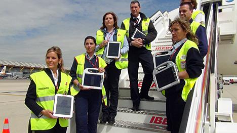 Empleados de Iberia con los dispositivos robustos de Panasonic