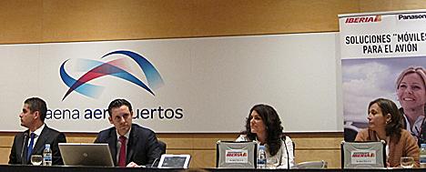 De izquierda a derecha, Francesc Castro, Country Manager de Panasonic, Dimitris Bountolos, subdirector de Coordinación y Hub de Iberia, Cristina Herrero, Responsable de Hub Control, y Teresa Martín, subdirectora de Mantenimiento en Línea