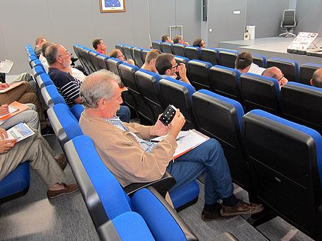 Uno de los asistentes observando el panel de Zennio Touch MyDesign