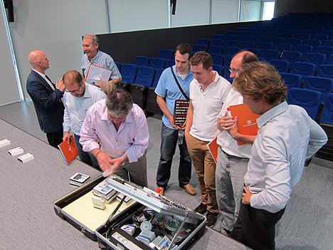 Algunos de los asistentes viendo y tocando los productos presentados por los ponentes