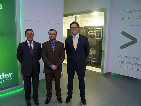 de izquierda a derecha: José Luis Martorell, Director de Desarrollo de Negocio IT de Schneider Electric, Simón Viñals, Director de Tecnologías de Intel Corporation Iberia, y Luis Palacios, Director de Infraestructuras de Cisco España