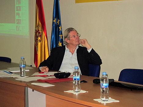 Jacques Selmès escucha las intervenciones del Proyecto DomAlz