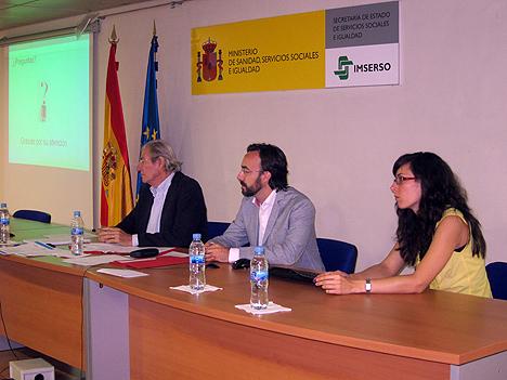 Participantes en el proyecto DomAlz escuchan las aportaciones del público