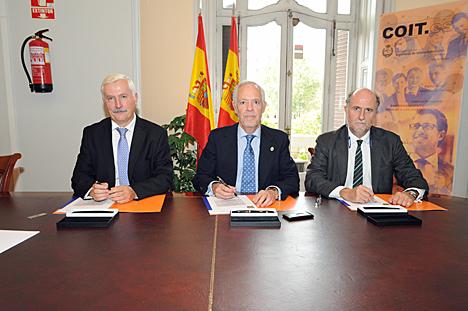 De izquierda a derecha, Carlos Fernández, director de Relaciones con las Universidades de Indra, Eugenio Fonán, decano-presidente del COIT, y José Luis Angoso, Director de Innovación de Indra