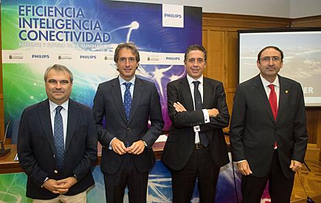 De izquierda a derecha, el Alcalde de Badajoz, Francisco Javier Fragoso; el Alcalde de Santander, Íñigo de la Serna, el Director General de Philips Alumbrado, Eduardo Mataix, y el Alcalde de Palencia, Alfonso Polanco.