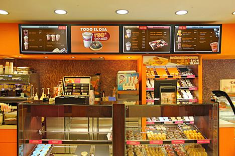 Dunkin Coffee con pantallas suministradas por Caverin Solutions