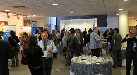 Asistentes al I Congreso Edificios Inteligentes haciendo contactos durante la hora de la comida
