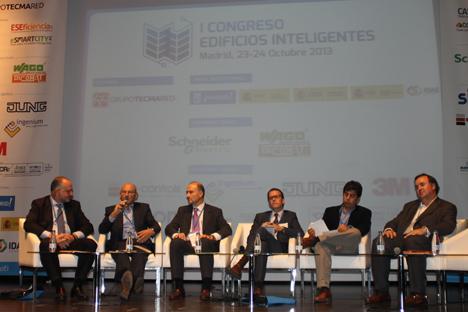 De izquierda a derecha: José González de BuildingSMART, Miguel Rosell de AMETIC, Valentín Fernández de FENITEL, Román Francesch de LonMark España, Sergio Rojas de CEDIA España y Álvaro Mallol de KNX España.