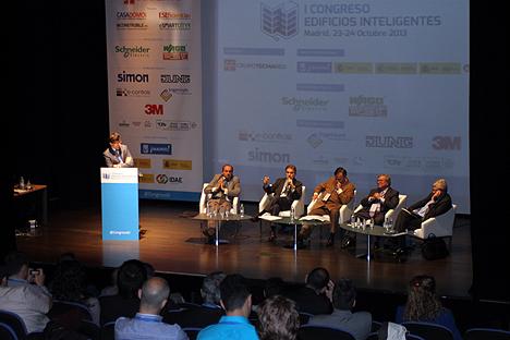 Mesa Redonda sobre la implicación de equipos multidisciplinares en la construcción y gestión de los Edificios Inteligentes