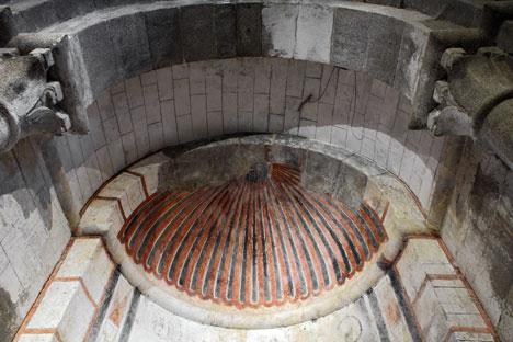 Fisurómetro instalado en la Iglesia San Martín de Castañeda para la monitorización de fisuras