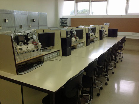 Aula tecnológica de la UCA dotada con sistemas de Schneider Electric