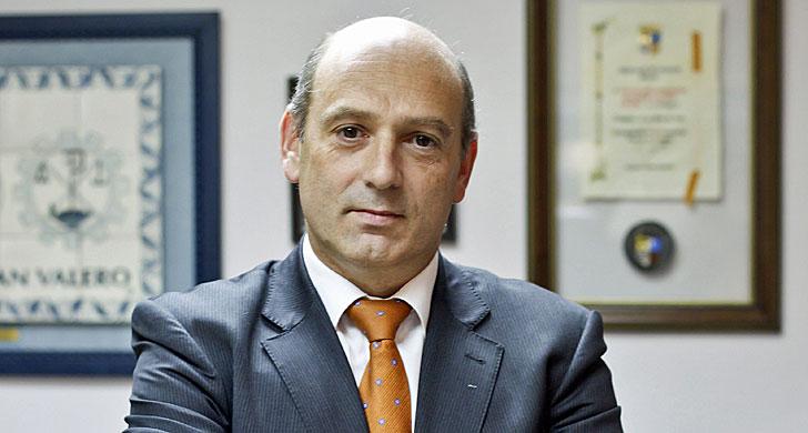 César P. Romero, en su despacho
