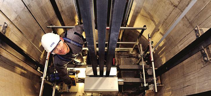 Técnico en un ascensor de OTIS