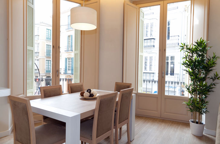 Comedor del apartamento con domótica Loxone en Málaga