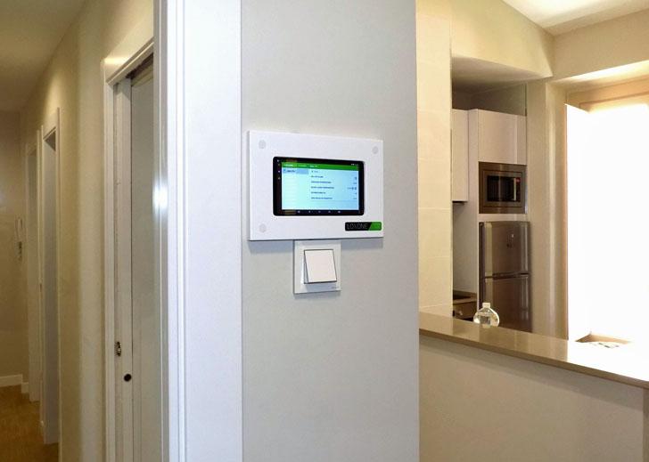 Pantalla de gestión en los apartamentos con Smart Home de Málaga