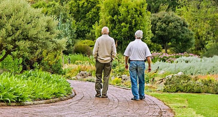 Dos personas mayores paseando, proyecto Smart Living