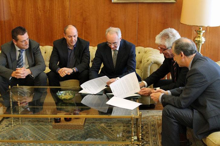 Firma del acuerdo de colaboración entre Universidad de León y Schneider Electric