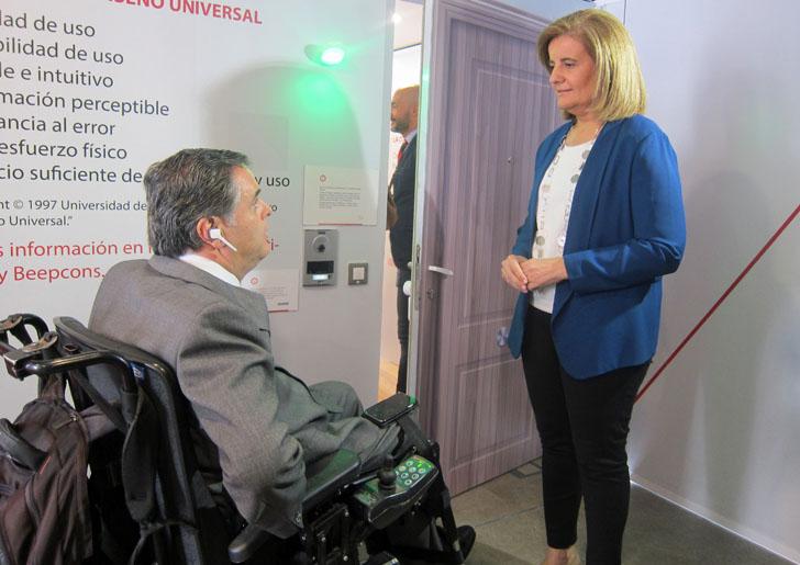 Responsable de Accesibilidad en Fundación ONCE, Jesús Hernández, y Ministra de Sanidad, Fátima Báñez, durante la visita a la casa inteligente y accesible