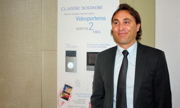Pascal Decons, Director General de Legrand Group España con el videoportero Clase 300X13E de Tegui