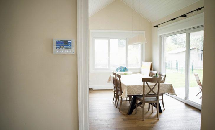 Pantalla controll free@home de Niessen en la Casa Pasiva de madera