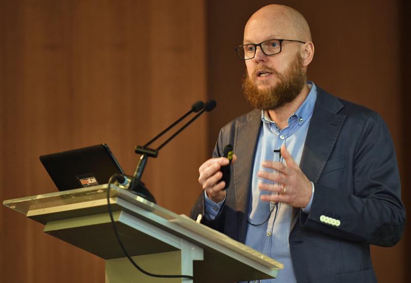 Stefan Junestrand presentando la Jornada Lanzamiento III Congreso Edificios Inteligentes