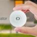 Un detector de movimiento que controla los dispositivos del hogar inteligente