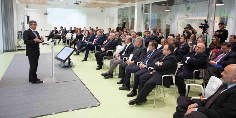 El presidente de Vodafone ofreció una conferencia en la sede de Coviran, donde trató la adopción de tecnologías en los supermercados.