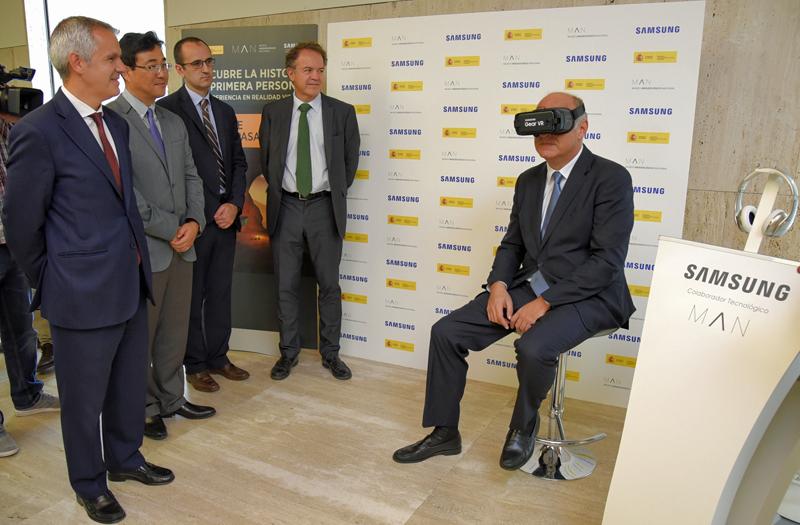 El secretario de Estado de Cultura, Fernando Benzo, probando las gafas de Realidad Virtual de Samsung en el Museo Arqueológico Nacional